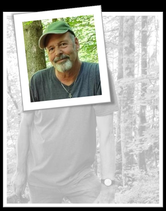 Gerald Olgemöller steht im Wald und denkt über die Gestaltung von Powerpoint-Präsentationen nach
